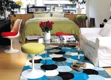 El arte de vivir solo como decorar un monoambiente for Acomodar muebles en espacios pequenos