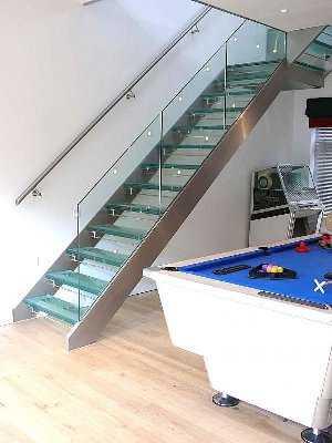 escalera-recta-con-zancas-laterales-estructura-metalica-y-peldanos-de-vidrio-161910