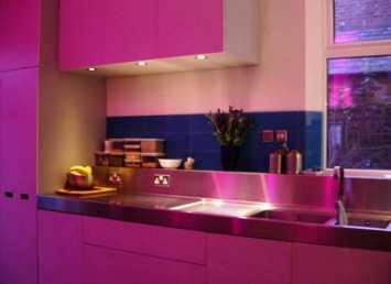 El color fucsia en la cocina decorando interiores - Cocinas rosa fucsia ...